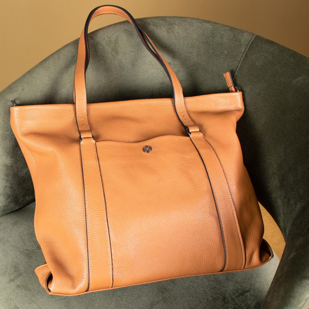 Artemi é uma bolsa de tamanho grande, que foi desenvolvida para mulheres que não dispensam conforto e estilo.