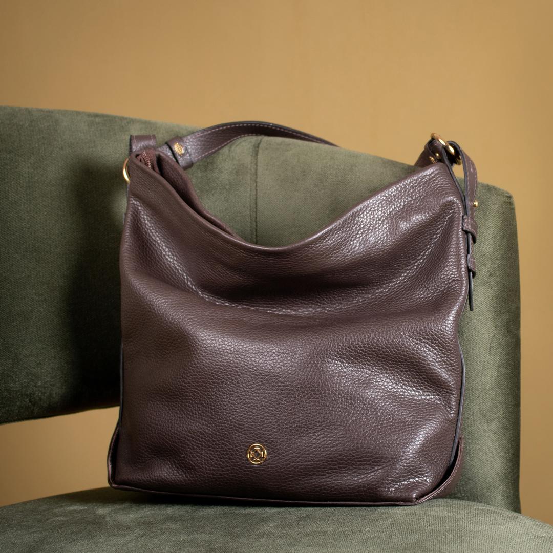 Shape desestruturado e maleabilidade do couro garantem o conforto e a versatilidade na Bolsa Flanca.
