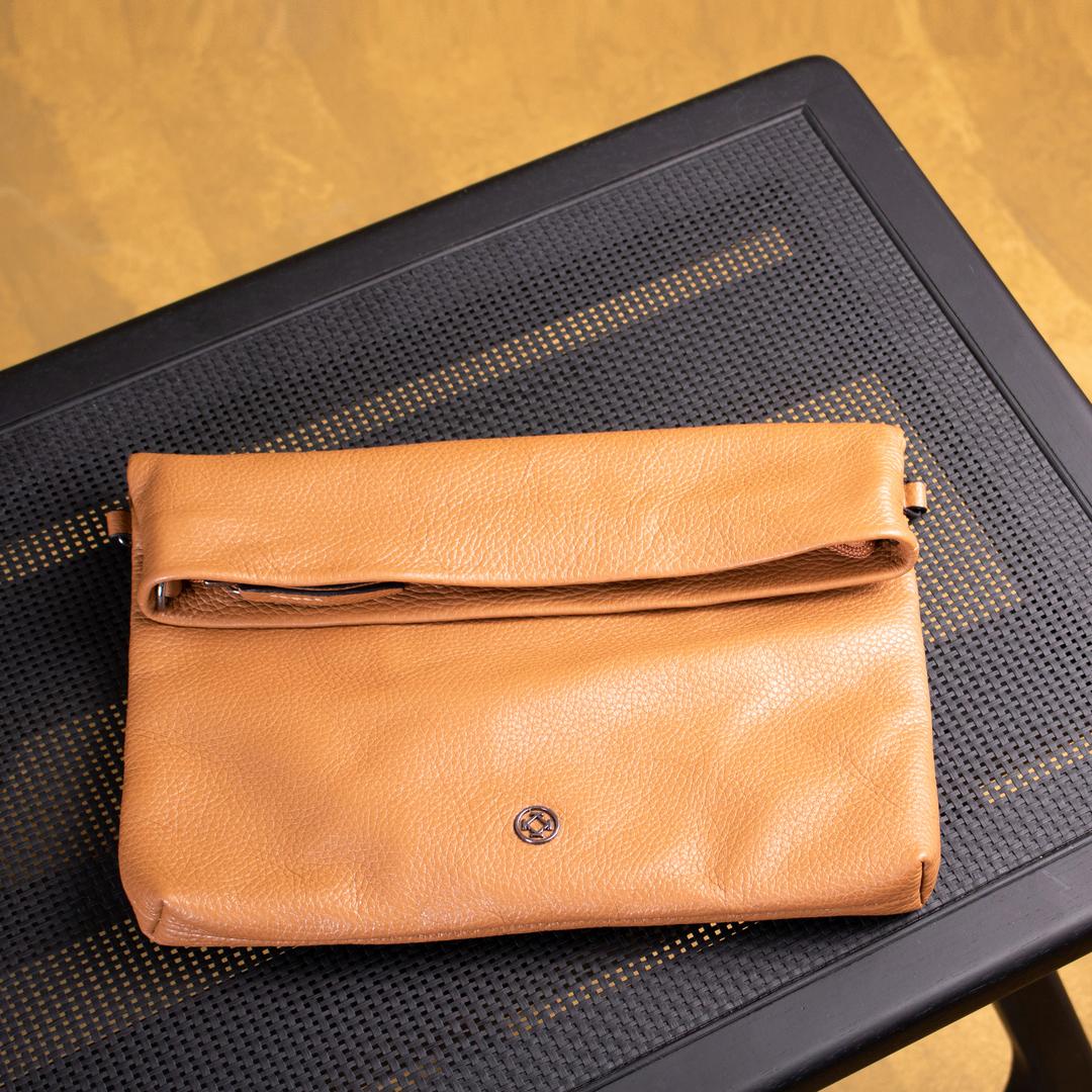 A Bolsa Loretta possui um design único, que se transforma de tiracolo em clutch. Versátil, prática e clean, se encaixa em qualquer look, sendo uma peça coringa em seu guarda-roupas.