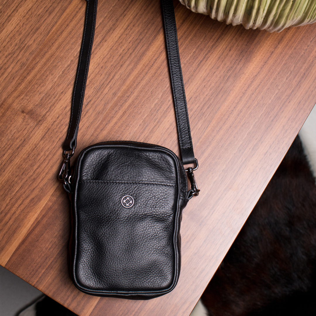 Bolsa Magê é discreta e moderna, seu modelo unissex segue a tendência das Mini Bags. A alça tiracolo a torna perfeita para levar seus itens essenciais a qualquer lugar.