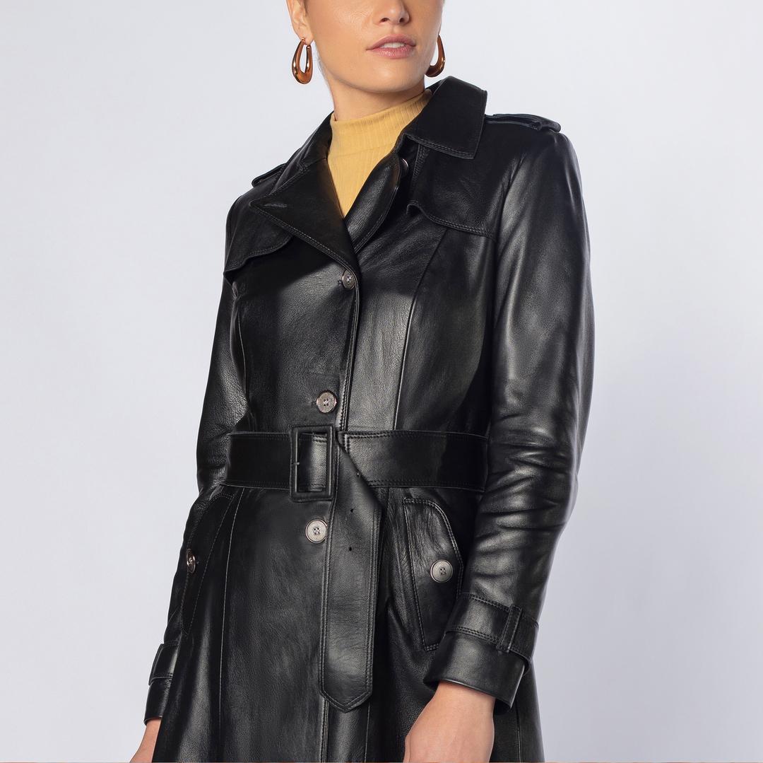 O Trench Coat Angelina é por si só um casaco clássico e ícone da moda. Em couro, torna-se uma peça ainda mais especial. . . . #amamoscouro #trenchcoat #comprelocal