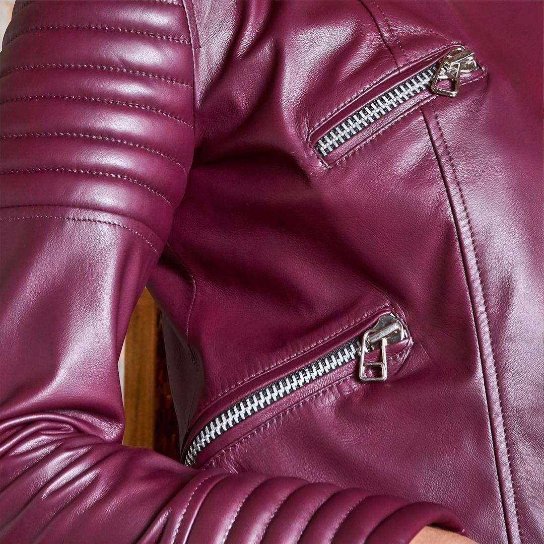 Amamos detalhes, e a Jaqueta Valentina é cheia deles. Produzida em couro mestiço, proporciona conforto sem perder o estilo. Shop Now! . . . #amamoscouro #diadasmaes #comprelocal ⠀