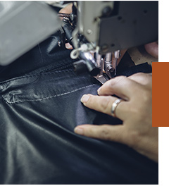 Mãos talentosas de nossos colaboradores costurando couro